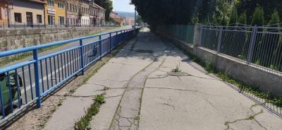 Upozornenie pre chodcov - chodník na Školskej ulici je z dôvodu rekonštrukcie uzavretý